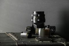 Vecchia retro macchina fotografica e 35 millimetri Fotografia Stock