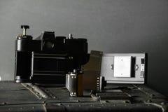Vecchia retro macchina fotografica e 35 millimetri Immagini Stock Libere da Diritti