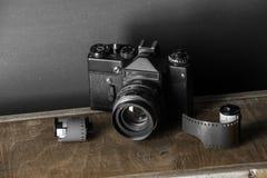Vecchia retro macchina fotografica e 35 millimetri Fotografia Stock Libera da Diritti