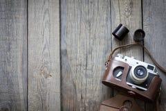Vecchia retro macchina fotografica sui bordi di legno dell'annata Fotografia Stock Libera da Diritti