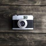 Vecchia retro macchina fotografica sui bordi di legno dell'annata Fotografie Stock Libere da Diritti