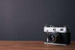Vecchia retro macchina fotografica sui bordi di legno dell'annata Fotografie Stock