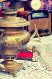 Vecchia retro samovar dell'oggetto d'antiquariato degli oggetti per tè caldo sulla tavola, retro effetto di stile di immagine d'a Fotografia Stock