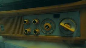 Vecchia retro TV gialla stock footage