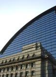 Vecchia riflessione della costruzione su una struttura moderna di architettura immagine stock