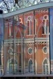 Vecchia riflessione della facciata della costruzione Parete di vetro Parco di Tsaritsyno Fotografie Stock Libere da Diritti