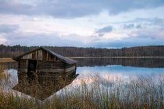 Vecchia rimessa per imbarcazioni in autunno Fotografia Stock