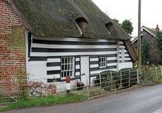 Vecchia risonanza ricopre di paglia il cottage Fotografia Stock