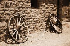Vecchia rotella dal carrello dell'annata al lato della parete Immagini Stock Libere da Diritti