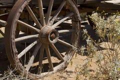 Vecchia rotella di vagone ad ovest selvaggia diretta a ovest del cowboy di Ho immagine stock