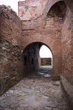 Vecchia rovina del castello con gli arché Fotografia Stock Libera da Diritti