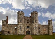 Vecchia rovina del castello in Inghilterra con il cielo nuvoloso Fotografia Stock Libera da Diritti