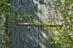 Vecchia rovina di legno del castello della porta immagine stock libera da diritti