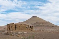 Vecchia rovina e collina tipica di karoo nel karoo di Tankwa fotografia stock