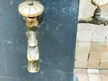 Vecchia rubinetto dell'oggetto d'antiquariato della colata forgiato annata gialla, rubinetto, montaggi d'ottone, rame per bere, l immagine stock