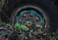 Vecchia ruota arrugginita del camion immagine stock