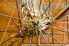 Vecchia ruota del carretto immagini stock