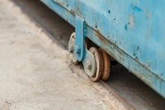 Vecchia ruota della porta dello scorrevole del metallo Immagini Stock