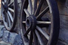 Vecchia ruota di automobile di legno fotografia stock