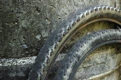 Vecchia ruota di bicicletta sul fondo del cemento Fotografia Stock