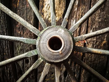 Vecchia ruota di legno del metallo sui vecchi precedenti di legno della parete Fotografie Stock Libere da Diritti