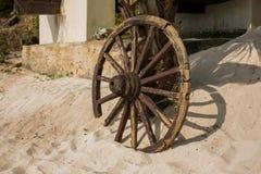 Vecchia ruota di legno sulla sabbia Fotografia Stock Libera da Diritti