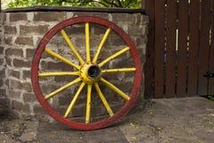 Vecchia ruota di vagone con la tendenza dell'orlo del metallo Fotografia Stock