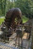 Vecchia ruota a pale arrugginita di un mulino a acqua Immagini Stock Libere da Diritti