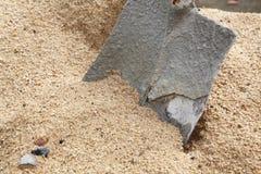 Vecchia sabbia di vangata della pala della sabbia immagini stock
