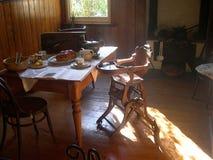 Vecchia sala da pranzo della fattoria Fotografie Stock Libere da Diritti