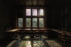 Vecchia sala da pranzo di un castello abbandonato a sinistra che si decompone Immagini Stock Libere da Diritti