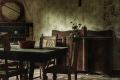 Vecchia sala da pranzo di una casa abbandonata Immagine Stock Libera da Diritti