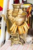 Vecchia samovar russa tradizionale per bere del tè Fotografie Stock