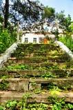 Vecchia scala abbandonata che conduce alla parrocchia ortodossa del san Nicholas Church fotografia stock