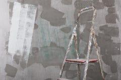 Vecchia scala dello stucco e dipinta sul fondo del muro di cemento Immagini Stock