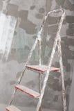 Vecchia scala dello stucco e dipinta sul fondo del muro di cemento Fotografia Stock Libera da Diritti