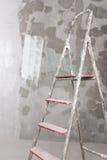 Vecchia scala dello stucco e dipinta sul muro di cemento Fotografia Stock