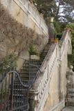 Vecchia scala di aria aperta della villa italiana fotografie stock