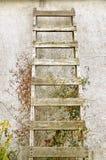 Vecchia scala di legno sulla parete dello stucco Immagine Stock Libera da Diritti