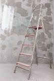 Vecchia scala dipinta dello stucco sul fondo del muro di cemento Fotografia Stock Libera da Diritti