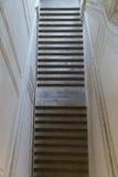 Vecchia scala maestosa dell'interno a municipio francese visto da sopra Fotografia Stock Libera da Diritti