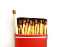 Vecchia scatola di fiammiferi ed un matchstick fuori fotografia stock