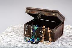 Vecchia scatola di legno con gioielli Fotografie Stock Libere da Diritti