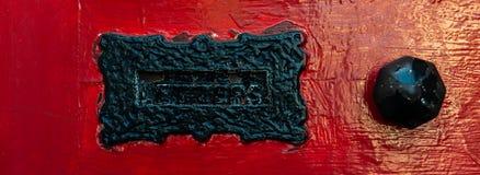 Vecchia scatola di lettera nella porta, modo tradizionale di consegna delle lettere alla casa, vecchia cassetta delle lettere immagini stock