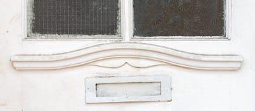Vecchia scatola di lettera nella porta, modo tradizionale di consegna delle lettere alla casa, vecchia cassetta delle lettere fotografie stock