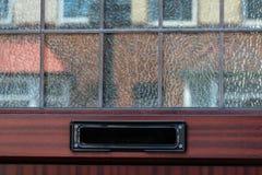 Vecchia scatola di lettera nella porta, modo tradizionale di consegna delle lettere alla casa, vecchia cassetta delle lettere immagine stock