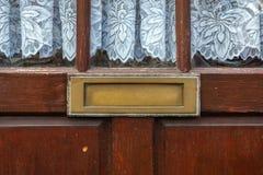 Vecchia scatola di lettera nella porta, modo tradizionale di consegna delle lettere alla casa, vecchia cassetta delle lettere fotografia stock