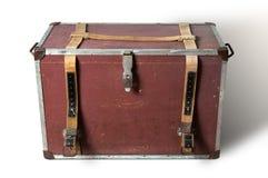 Vecchia scatola di viaggio su fondo bianco fotografie stock libere da diritti