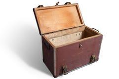 Vecchia scatola di viaggio vuota con il coperchio aperto su fondo bianco immagini stock