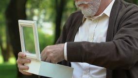 Vecchia scatola grigio-dai capelli di apertura del veterano con la medaglia, memorie infelici di tempo di guerra stock footage